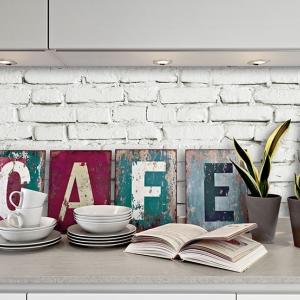 tazze da caffe e libro aperto sul piano della cucina