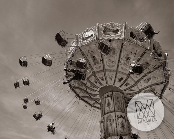 Fototapeta Salon 106 - karuzela, park rozrywki, czarno białe, szarości